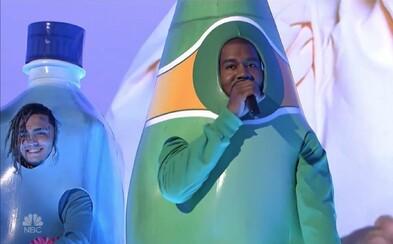 Kanye West a Lil Pump rapujú naživo v kostýmoch známych minerálok. Cenzurovaná verzia sa však bez vulgarizmov neobišla