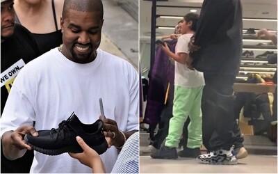 Kanye West je díky značce adidas miliardářem, někdo ho vyfotil, jak si zkouší tenisky Nike. Proč podporuje konkurenční značku?