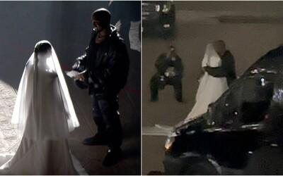 Kanye West pozval na pódium Kim Kardashian v svadobných šatách. Fanúšikovia špekulujú, či ich rozvod nie je len promo na album