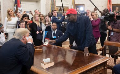 Kanye West pri ukazovaní fotky Donaldovi Trumpovi nechtiac spustil lavínu vtipných fotomontáží