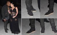 Kanye West přišel na přehlídku Givenchy v New Yorku v černých Yeezy Boost 750