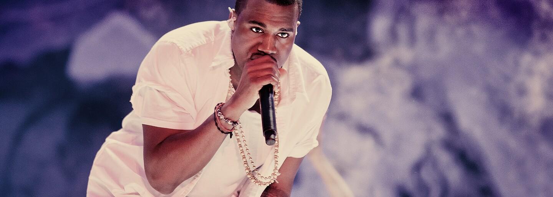 Kanye West sa rozplakal na premiére albumu Donda na štadióne, pretože stratil rodinu