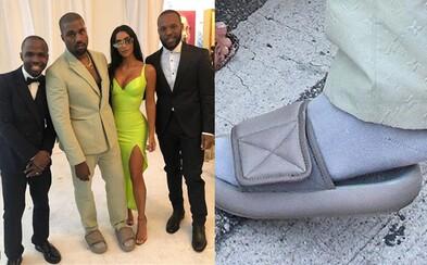 Kanye West si na svadbu obliekol o pár čísel menšie Yeezy šľapky, za ktoré si na internete vyslúžil kopu reakcií