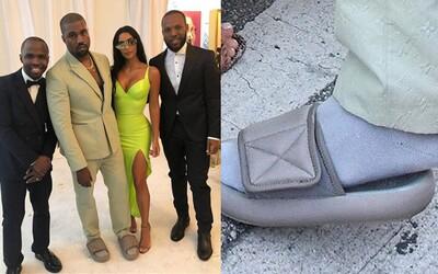 Kanye West si na svatbu oblékl o pár čísel menší Yeezy pantofle, za které si na internetu vysloužil kopu reakcí