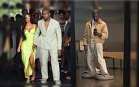 Kanye West si z lidí střílí gigantickými pantoflemi. Reakce na svůj svatební outfit vzal s humorem
