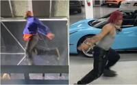 Kanye West svojím tancom počas koncertu baví internet. Z komických pohybov si uťahuje aj Trippie Redd