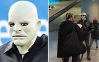 Kanyeho Westa fotografujú ľudia po Európe v maske Fantomasa