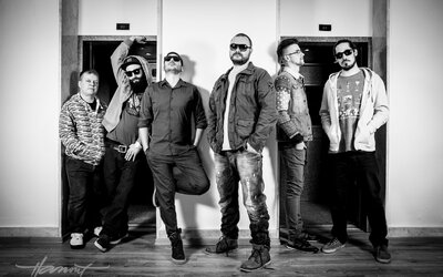Kapela AMO vydala digitálne EP Analog Architekt so živou kapelou