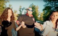 Kapela Kuky Band spieva vlastný text, v klipe má dievčatá aj rýchle auto