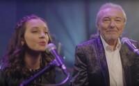 Karel Gott vydáva duet s dcérou. Spieva o svojom tuhom korienku, výsledok je zárukou zimomriavok