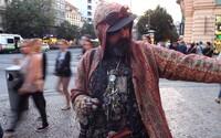 Karim je bývalý prostitut, narkoman a bezdomovec s HIV. Nyní dělá prohlídky o pražském podsvětí a ukazuje noční odvrácenou tvář života na ulici