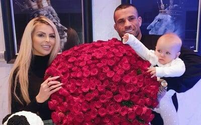 Karlos Vémola má Lelu zpátky doma. Daroval jí 300 růží