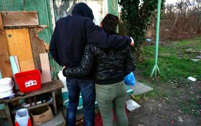 Karol robí pasáka pre frajerku Katku, ktorá šľape pri Slovnafte. Na drogy minú týždenne aj 700 € (Rozhovor)