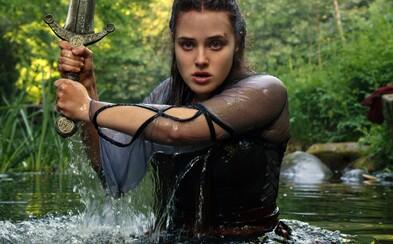 Katherine Langford je nová královna Excalibru. Sleduj skvělý trailer pro akční fantasy seriál Cursed od Netflixu