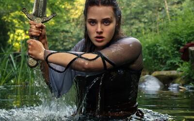 Katherine Langford je nová kráľovná Excalibru. Sleduj skvelý trailer pre akčný fantasy seriál Cursed od Netflixu