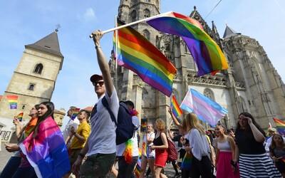 """Katolická církev v Polsku chce založit kliniky, kde LGBTI lidem pomohou """"opět objevit přirozenou sexuální orientaci"""""""