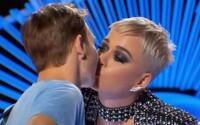 Katy Perry bez varování políbila fanouška na ústa. Ten však předtím ještě pusu nedostal a nyní je pořádně rozzlobený
