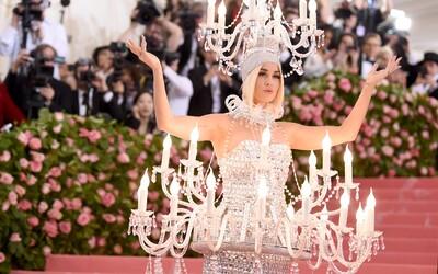 Katy Perry prezlečená za luster a Kanye West v bombere za 40 €. Aké róby predviedli známe tváre na Met Gala 2019?