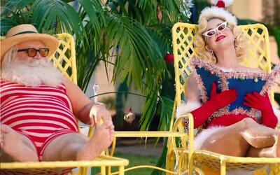 Katy Perry sa opaľuje so Santa Clausom, drinky im nosí snehuliak. Vo vianočnej kolede sa vyzliekli do naha