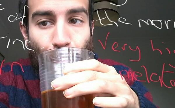 Každý deň vypije 2 deci mesiac odloženého moču. Porazil tým údajne aj depresiu