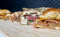 Kde si dát burger v Praze? Vybrali jsme pro tebe ty nejlepší do 250 Kč