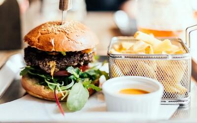 Kde v Prahe nájdeš najlepšie burgery? Pozri sa na top 10 a zisti, kam sa vydať