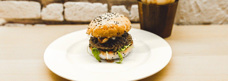 Kde v Praze dělají nejlepší burgery? Podívej se na top 10 a zjisti, kam zajít