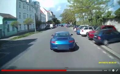 Když bezohlednost nezná mezí: Arogantní řidič luxusního porsche v Praze nebezpečně vybržďoval hasičskou cisternu, která se vracela od zásahu
