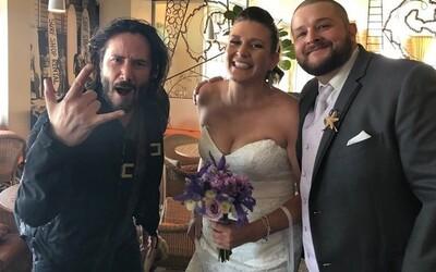 Keanu Reeves si v poslednej dobe užíva prepadávanie svadieb cudzích ľudí
