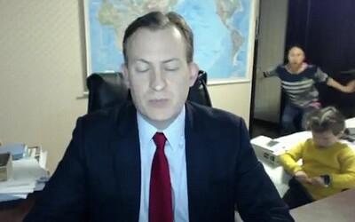 Keď otec pracuje, deti neposlúchajú. Počas rozhovoru do hlavných správ BBC mu do prejavu vtrhli plačúce deti i vystresovaná manželka