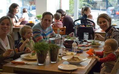 Keď rodičia v reštaurácii odovzdajú mobily, deti dostanú jedlo zadarmo. Reťazec chce, aby sa spolu viac rozprávali