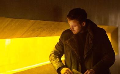 """""""Keď sa Ryan Gosling usmeje, aj kamera sa roztopí,"""" pochvaľuje si spoluprácu režisér filmu Blade Runner 2049"""