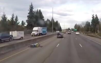 Keď si to motorkár zaparkuje na zadnom nárazníku auta, nemusí to preňho dopadnúť najhoršie