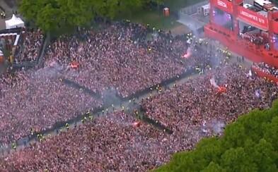 Keď skáče 100 000 ľudí v rovnakej chvíli. Ajax Amsterdam oslavoval ligový titul vo veľkom štýle