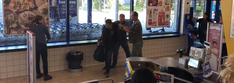 Keď zlodeja v LIDLi zbadali predavači, začal preliezať cez regály. Vtipné video z bratislavského obchodu nakoniec vyvrcholilo stretom s políciou