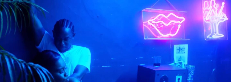 Kendrick Lamar a Terry Crews sa vo videu na These Walls zúčastnili talentovej show a párty, ktorú prerušili policajti