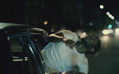 Kendrick Lamar rapuje trčiaci z okna auta v novom videu ku skladbe 'i'