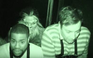 Kevin Hart a Jimmy Falon navštívili Dom hrôzy, kde si od strachu takmer pustili do nohavíc