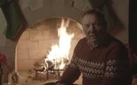 Kevin Spacey sa po roku vrátil do roly Franka Underwooda z House of Cards. Pri vianočnom krbe natočil kontroverzné video