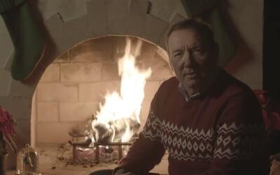 Kevin Spacey se po roce vrátil do role Franka Underwooda z House of Cards. U vánočního krbu natočil kontroverzní video