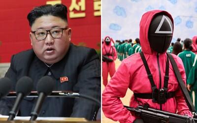 Kim Čong-un využíva seriál Squid Game na propagandu. Južná Kórea je prehnitá kapitalizmom, smeje sa propagandistický web