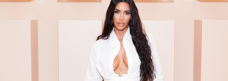 Kim Kardashian obliekla auto do rovnakej látky, z ktorej je aj jej nová plyšová kolekcia oblečenia
