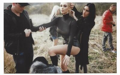 Kim Kardashian odhalila lechtivé zákulisní fotografie s průsvitným topem. Kanye nemohl chybět