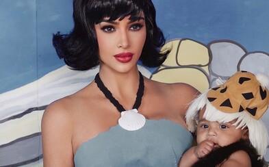 Kim Kardashian pridala svoju dcéru na fotku cez Photoshop a všetci sa jej smejú. Vzniklo množstvo vtipných obrázkov
