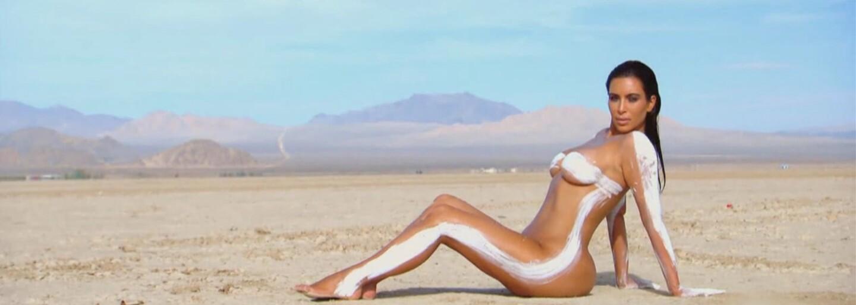 Kim Kardashian znovu odhalila svoji bujnou postavu, kompletně nahá se promenádovala po poušti
