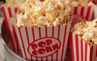 Kina jsou zavřená a nikdo nejí popcorn. Na skladech se jejich kupí tisíce tun všude po světě