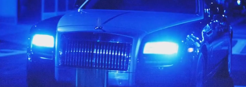 King Push sa vozí na zadnom sedadle limuzíny v klipe na track Untouchable