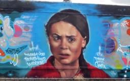 Klamárka, agentka a malá provokatérka. Niekto pomaľoval obraz Grety Thunberg nadávkami