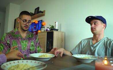 Klasická slovenská rodinka na dušičky podľa Naked Bananas: Otec je alkoholik, deti sa nevedia správať a matka je radšej ticho