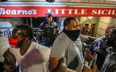 Klečící policisté, zpěv a tanec v ulicích aneb 22 mírumilovných momentů z protestů v USA